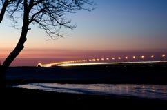 在日落的长的eurpoean桥梁 库存图片