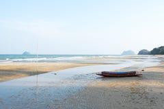 在日落的长滩视图与渔船 图库摄影