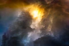 在日落的雨云 库存图片
