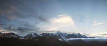 在日落的雪山 免版税库存照片