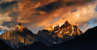 在日落的雪山 库存图片