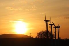 在日落的风力驻地 浪漫晚上和生态上干净的电现代技术  enviro的保护 免版税库存照片