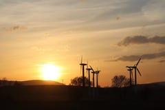 在日落的风力驻地 浪漫晚上和生态上干净的电现代技术  enviro的保护 免版税图库摄影