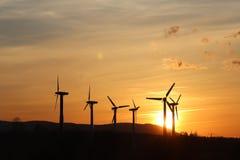 在日落的风力驻地 浪漫晚上和生态上干净的电现代技术  enviro的保护 图库摄影