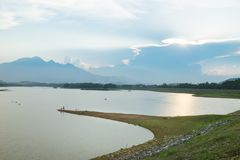 在日落的风景与突出对河的土地小条 库存图片