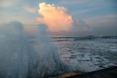 在日落的风暴潮在巴厘岛 免版税图库摄影