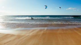 在日落的风筝海浪 免版税图库摄影