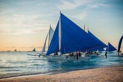 在日落的风船,博拉凯海岛 图库摄影