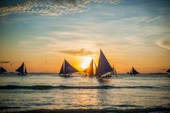 在日落的风船,博拉凯海岛 免版税库存图片