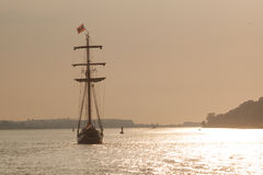 在日落的风船,汉堡河 库存照片