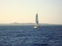 在日落的风船 海、山和日落 库存图片