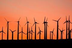 在日落的风车剪影 库存图片