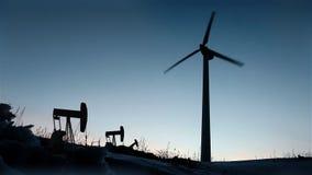 在日落的风车和抽油装置 影视素材