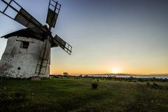 在日落的风车 库存照片