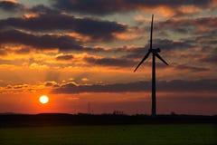 在日落的风车 免版税库存图片