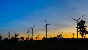 在日落的风轮机剪影 免版税库存照片