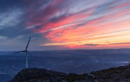 在日落的风轮机 免版税库存照片