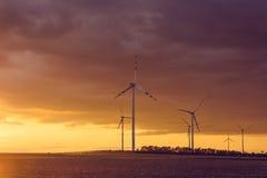 在日落的风轮机 免版税图库摄影
