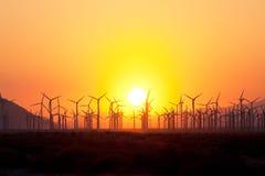 在日落的风轮机 免版税库存图片