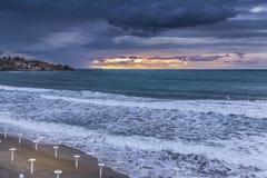 在日落的风暴在海滨 库存图片