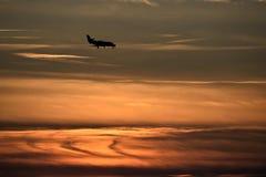 在日落的飞机着陆 免版税图库摄影