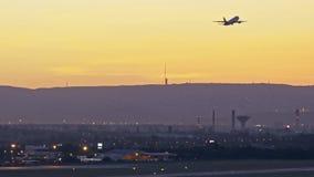 在日落的飞机离开 股票录像