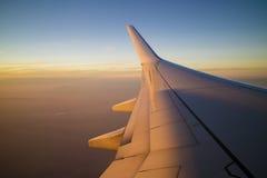 在日落的飞机翼 免版税库存照片