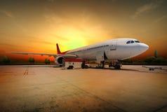 在日落的飞机 库存照片