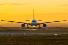 在日落的飞机 免版税库存照片