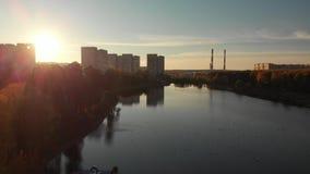 在日落的飞行在Shkolnoe湖在莫斯科,俄罗斯Zelenograd  股票视频