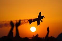 在日落的飞行表演 免版税库存照片