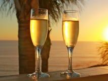 在日落的香宾玻璃 免版税库存图片