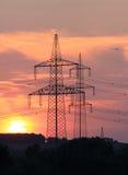 在日落的高压线 库存图片