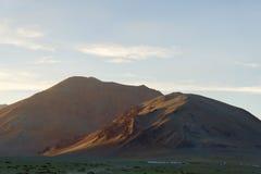 在日落的高山阵营 免版税库存图片