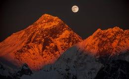 在日落的高峰珠穆琅玛在满月。 免版税库存图片