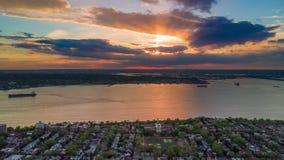 在日落的鸟瞰图在布鲁克林,纽约上 Timelapse dronelapse 影视素材