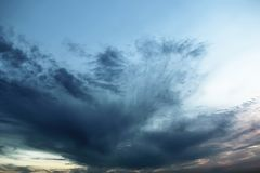 在日落的黑暗的多云天空 免版税库存照片