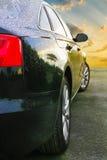 在日落的黑暗的汽车 免版税图库摄影