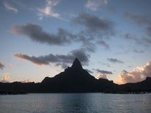 在日落的登上otemanu 图库摄影