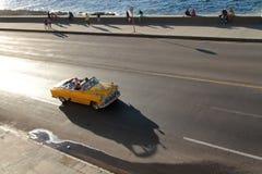 在日落的经典老美国汽车 免版税库存照片
