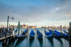 在日落的移动的长平底船在威尼斯 免版税库存照片