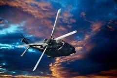 在日落的直升机 免版税库存图片