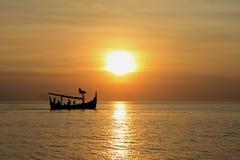 在日落的巴厘语渔船 免版税库存照片
