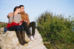 在日落的年轻夫妇,海滨,与软的f的爱/样式照片 免版税库存图片