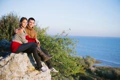 在日落的年轻夫妇,海滨,与软的f的爱/样式照片 图库摄影