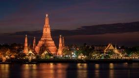 在日落的黎明寺寺庙在曼谷泰国 库存照片
