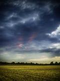 在日落的黑暗的云彩 库存照片