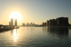 在日落的巴林阿拉伯单桅三角帆船 图库摄影