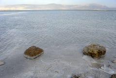 在日落的死海海岸。 免版税库存图片