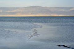 在日落的死海表面。 免版税库存照片